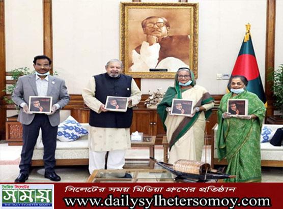 'শেখ মুজিব : এ নেশান'স ফাদার' বইয়ের মোড়ক উন্মোচন করেছেন প্রধানমন্ত্রী