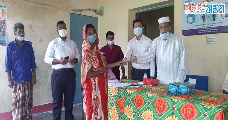 মোল্লারগাঁওয়ে দরিদ্রদের মধ্যে নগদঅর্থ বিতরন