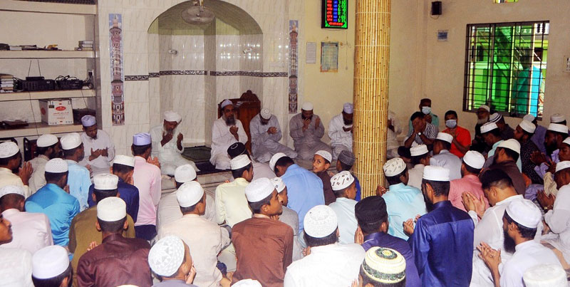 হাজী মঈন উদ্দিনের রুহের মাগফেরাত কামনায় মাদ্রাসা শিক্ষার্থীদের মাঝে খাবার বিতরণ